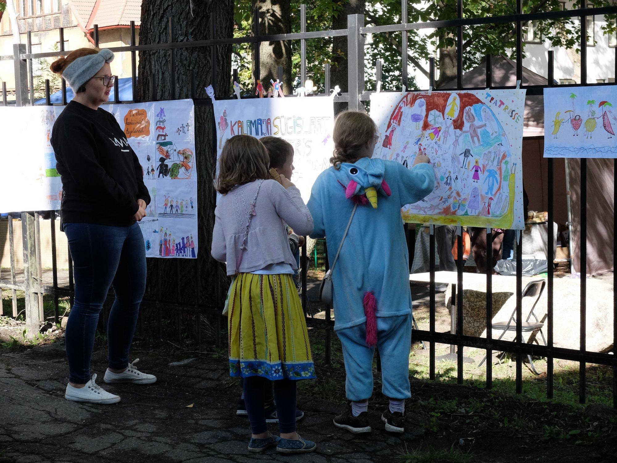 Noored kunstnikud oma toid vaatamas